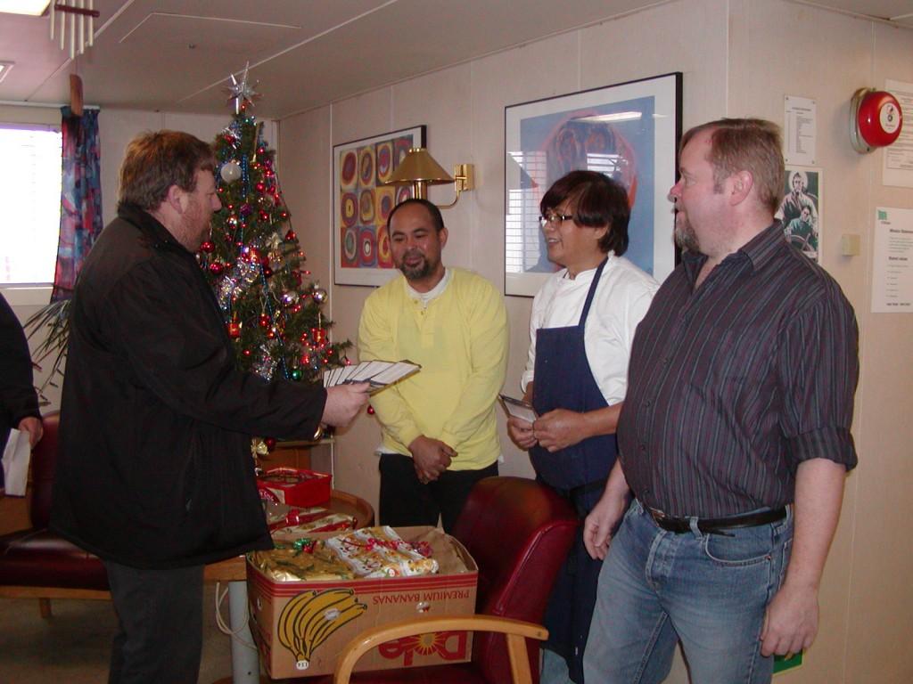 Seemannsdiakon Leon Meier übergibt Seeleuten Telefonkarten von der Aktion Weihnachten am Ohr (Archivbild)