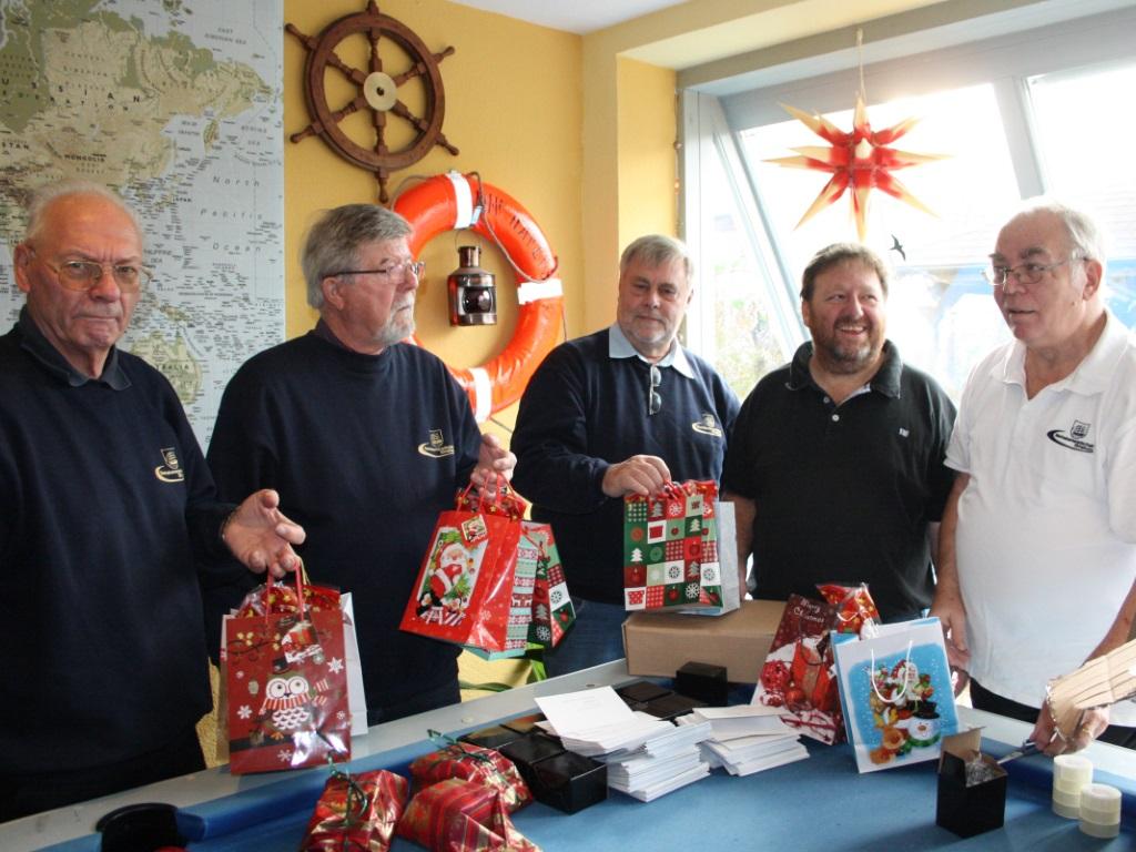 Glückliche Unterstützter der Aktion Weihnachten am Ohr 2014 zusammen mit Seemannsdiakon Leon Meier (Foto: Sabine Kolz)