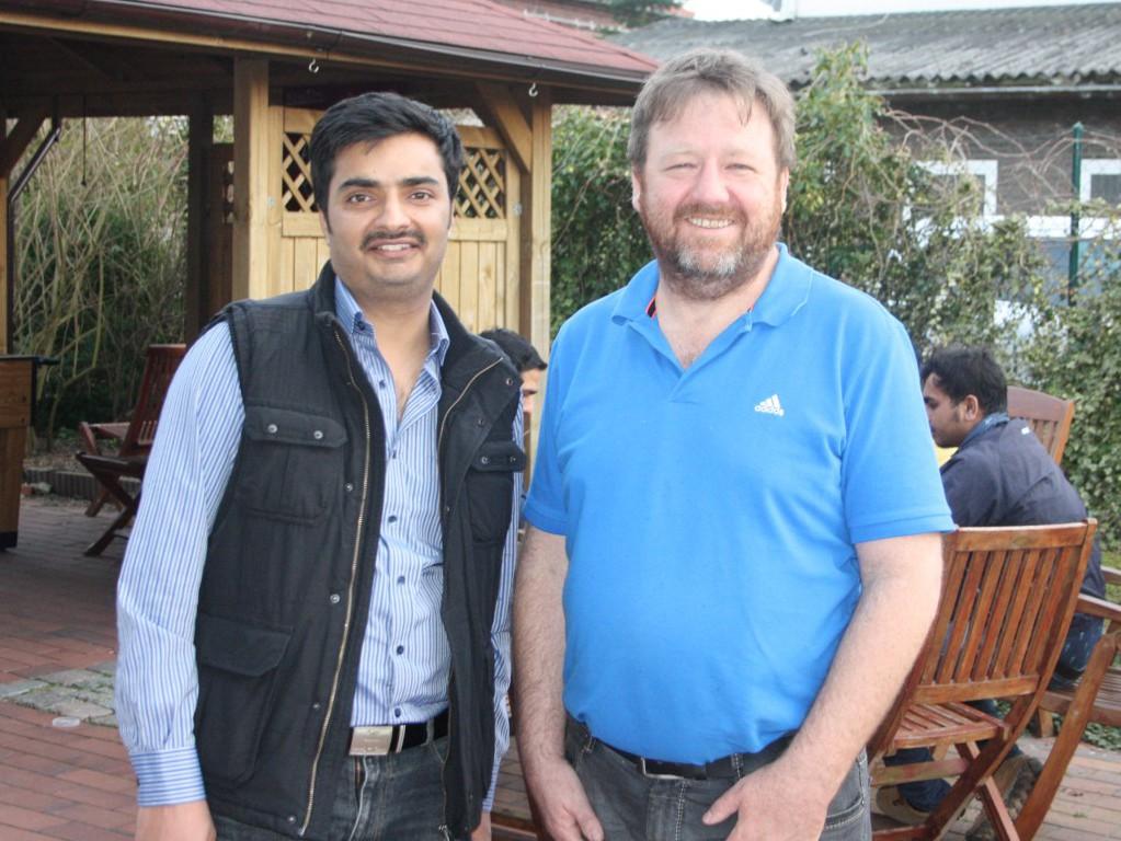 Asylbewerber Sunil Luthra Kandhar mit Diakon Leon Meier (Foto: Sabine Kolz)