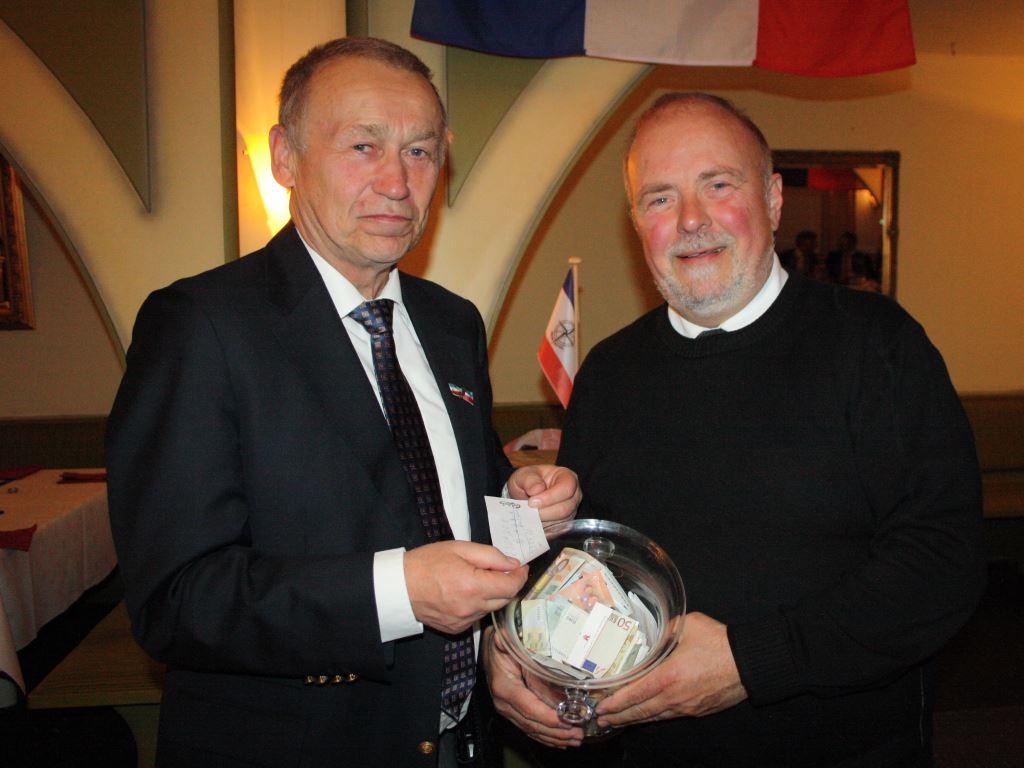 Bernd Appel freute sich mit Jochen Driesnack über die hohe Spendensumme (Foto: Sabine Kolz)