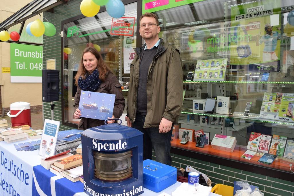 Verkauf der Adventskalender vor der Firma Heider in Brunsbüttel.