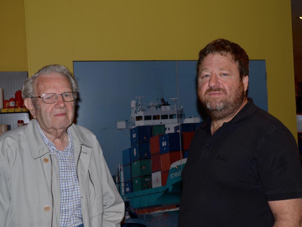 Hans Bensiek (links) und Leon Meier  im Gespräch über das Entstehen der Seemannsmission Brunsbüttel