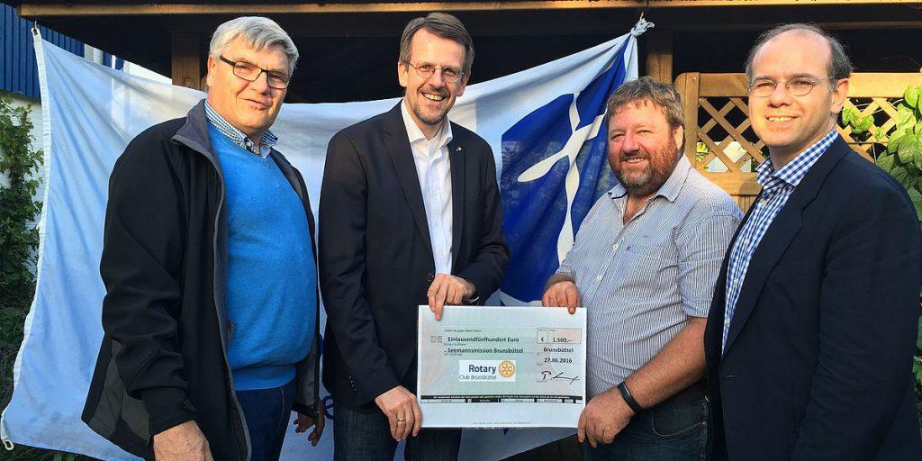 Übergabe eines Schecks an die Seemannsmission Brunsbüttel