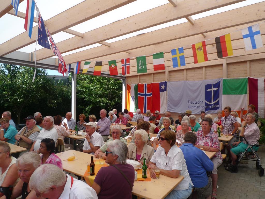 Besucher auf dem Sommerfest 2016 der Seemannsmission Brunsbüttel