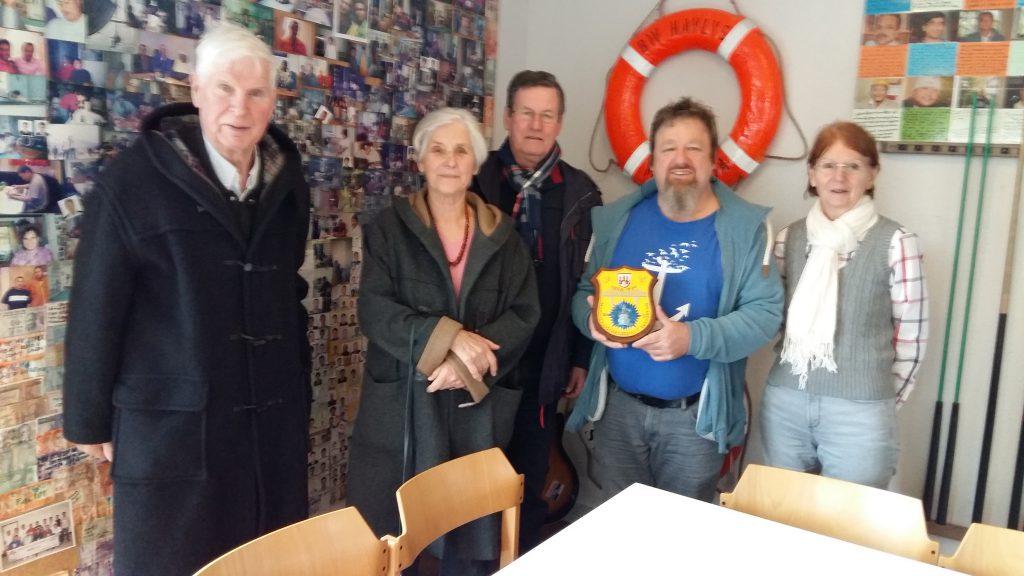 Das Ehepaar Peters und das Ehepaar Backhaus übergeben Spenden der Marinekameradschaft Rendsburg an Leon Meier.