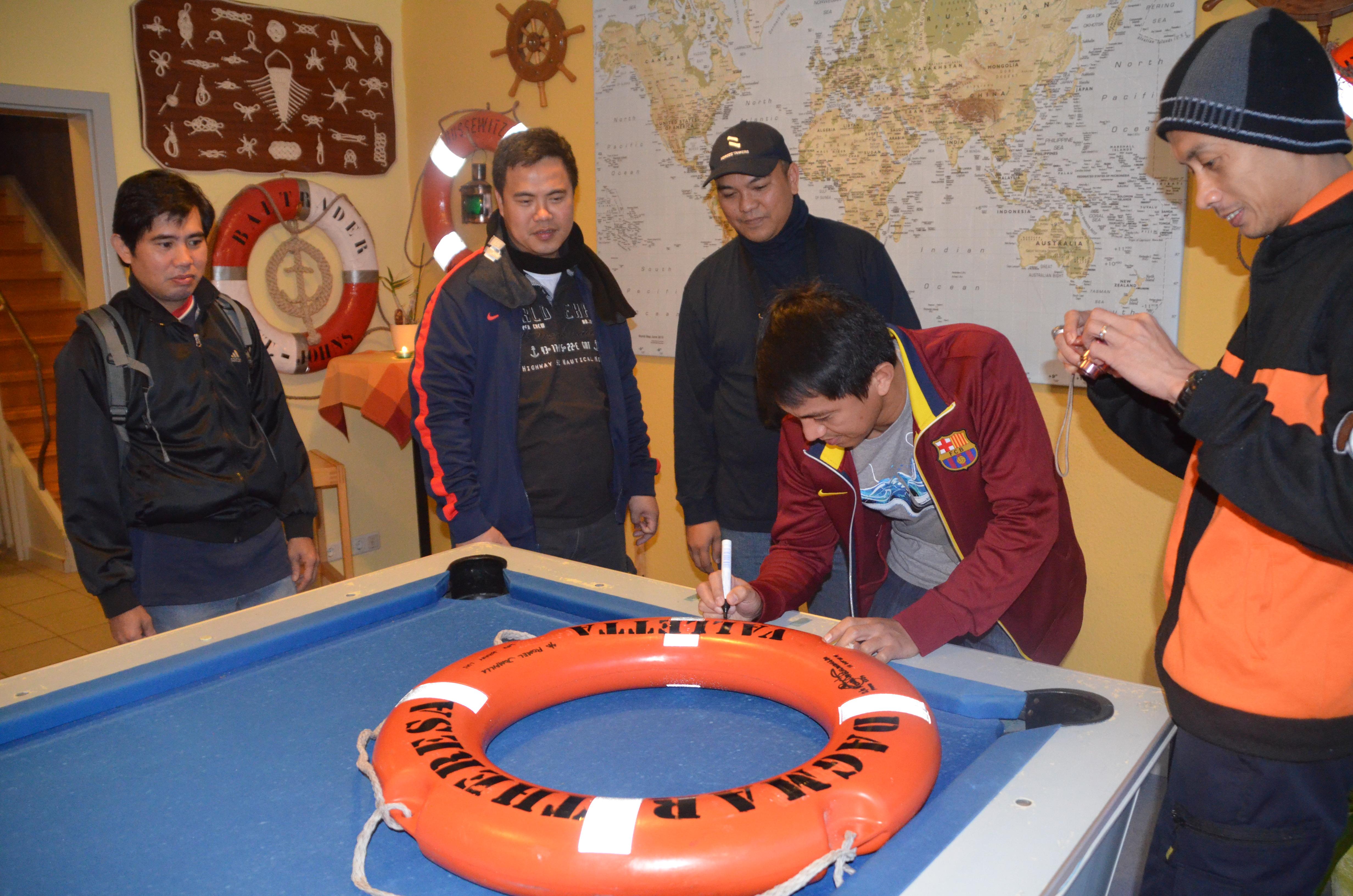 Seeleute genießen den Aufenthalt im Club.