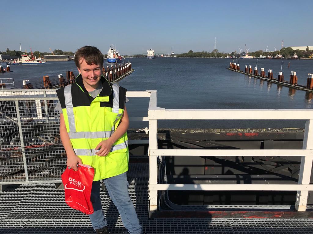 Bufdi Niklas Kölln macht sich auf den Weg zu einem Schiffsbesuch.